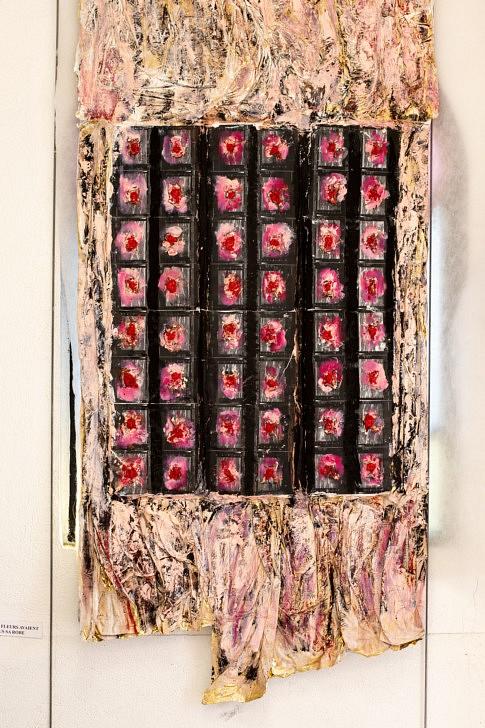 -LA ROBE ROSE: 100x140cm Photocopies de radiographies, plâtre, cire à cacheter, craies grasses, couverture de survie, peinture huile.
